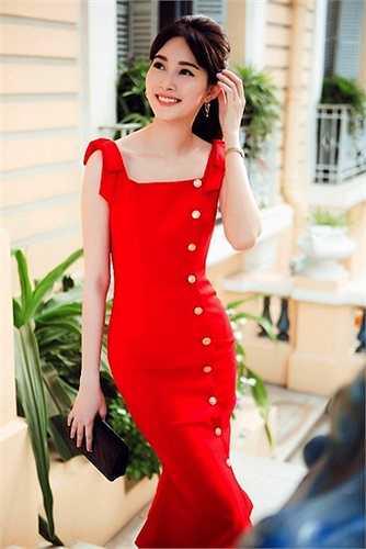 Hoa hậu Thu Thảo thường chế ngự sắc đỏ bằng những dáng váy đậm chất vintage.