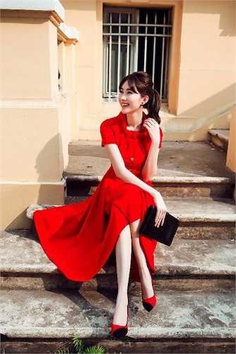 Chiếc váy có phần chân xòe phong cách vintage thanh lịch và cổ điển.