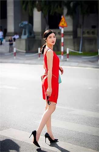 Hoa hậu Triệu Thị Hà khoe làn da trắng với một chiếc váy đỏ không tay rất ngọt ngào.