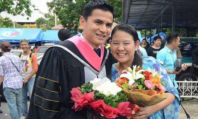 HLV trưởng ĐT Thái Lan Kiatisak tốt nghiệp thạc sĩ chuyên ngành quản lý thể thao. Khóa học kéo dài suốt 5 năm qua và Kiatisak phải tranh thủ học vào thứ y, chủ nhật.