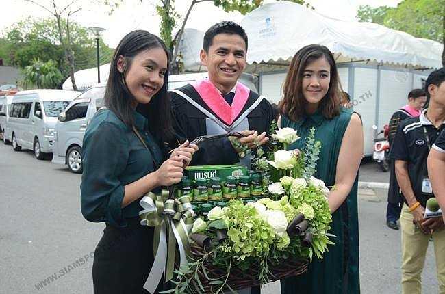 Kiatisak tốt nghiệp loại ưu và chuẩn bị học tiếp lên tiến sỹ.