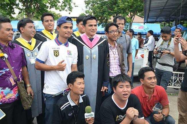 Báo chí và truyền thông xứ Chùa Vàng cũng rầm rộ đưa tin về thành tích học tập của thuyền trưởng đội tuyển bóng đá quốc gia.