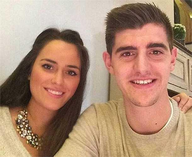 Thủ thành số 1 Chelsea Thibaut Courtois vừa để lộ chuyện bắt cá hai tay. Dù đã có bạn gái Marta Dominguez nhưng Courtois vẫn bí mật hẹn hò một người đẹp khác.
