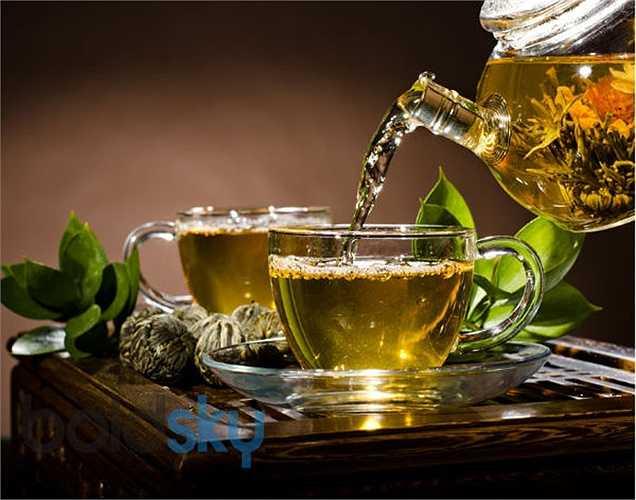 Uống trà xanh để giảm cân: Uống ba tách trà xanh ấm thêm một thìa nước cốt chanh và mật ong vào. Đồ uống này sẽ giúp giảm cân nhanh chóng.
