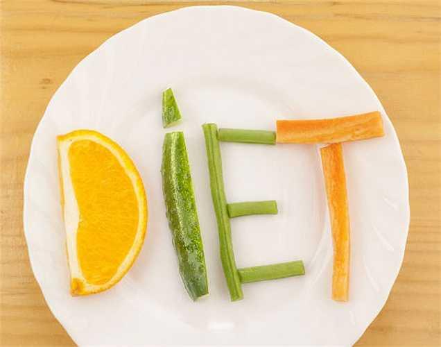 Tránh ăn kiêng: Ăn kiêng không giúp giảm cân. Nếu bạn thực sự muốn giảm cân, thì không nên tuân theo một chế độ ăn uống 'nghiêm ngặt' nào.