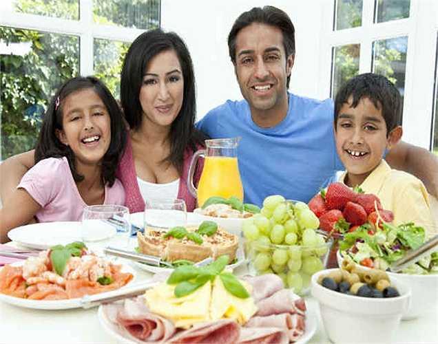 Chia sẻ thức ăn của bạn với những người xung quanh: Đây là một cách khác để ăn mà không tăng cân. Chia sẻ thức ăn để chỉ còn một phần nhỏ để thưởng thức cũng đủ no.