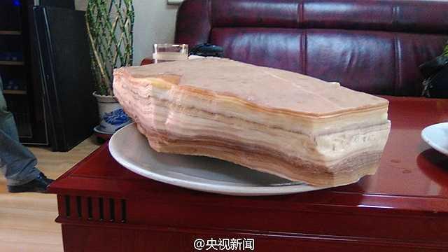 Các nhà khoa học Trung Quốc khẳng định, niên đại của tảng đá này rơi vào kỷ Jura, tức là khoảng hơn 100 triệu năm trước.