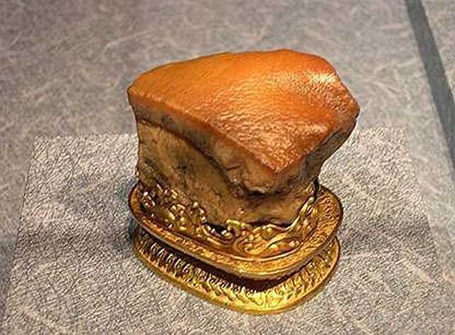 Ở bảo tàng Taipei Palace, Đài Loan, cũng có trưng bày một tảng đá có vẻ ngoài giống miếng thịt heo nổi tiếng thế giới. Mỗi ngày, có hàng trăm, đôi khi là hàng nghìn du khách tới thăm.