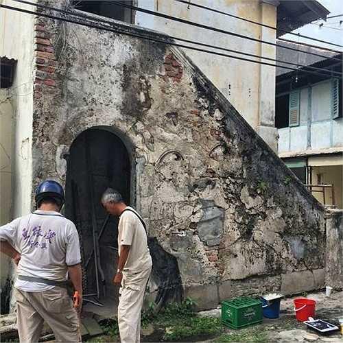 Các nghệ sĩ đang hoàn thiện tác phẩm trên con phố ở Penang, Malaysia