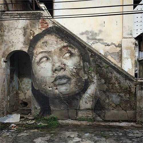 Bức tranh chân dung cô gái trên bức tường rêu phong đã hoàn thiện