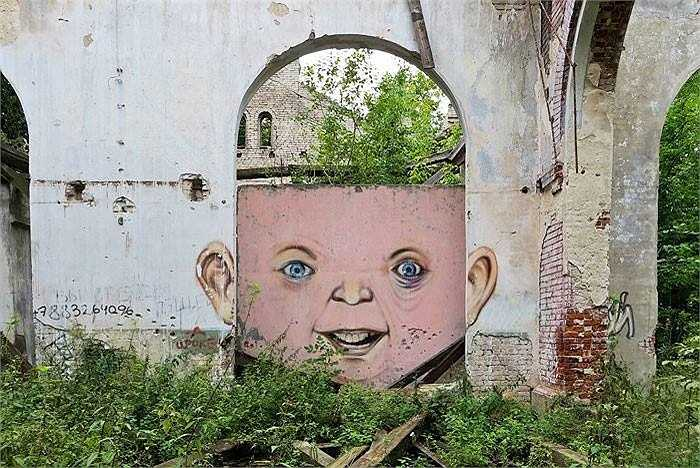 Một ô cửa trong ngôi nhà đổ nát bỗng biến thành khuôn mặt cậu bé