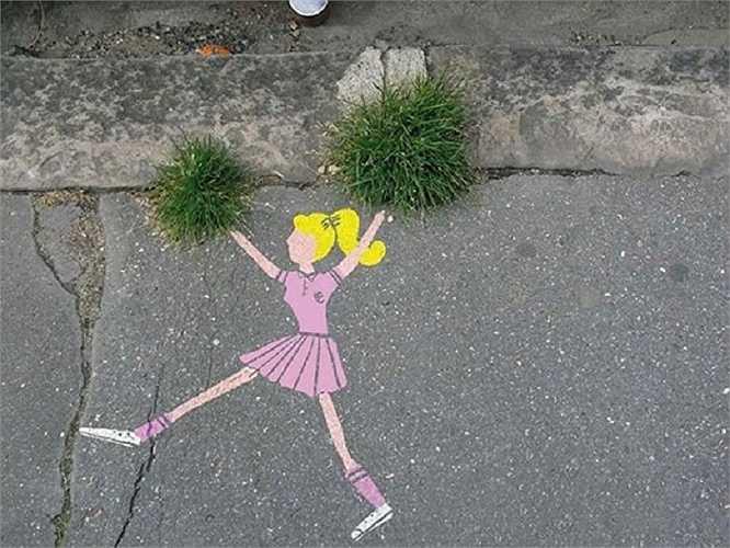 Hai khóm cỏ trên đường cũng trở thành 'vật hữu ích'
