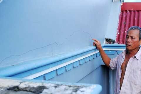 Những vết nứt chạy ngang trên tường nhà ông Lê Đức Mai sau vụ nổ mìn -  Ảnh: LÂM THIÊN