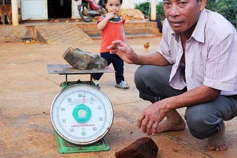 Những viên đá lớn nặng đến 2-3kg - Ảnh: LÂM THIÊN