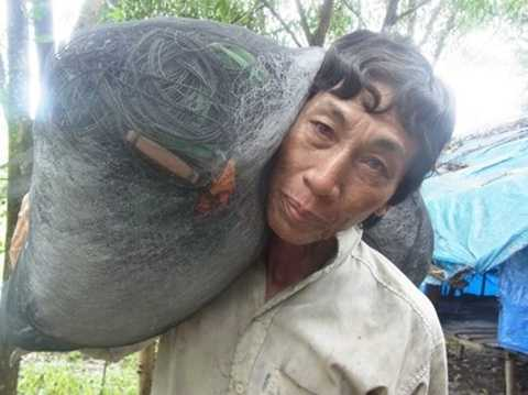 Sau khi xài hết tiền bán đất, ông Cao Ngọc An (ấp Bãi Vòng, xã Hàm Ninh) trở lại cuộc sống nghèo khó, bệnh tật, hằng ngày kiếm sống bằng từng chuyến biển - Ảnh: Tiến Trình