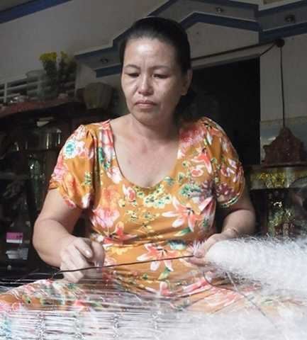 """Số tiền tỷ từ bán đất không còn, bà Bạch Chí hằng ngày kiếm """"bạc cắc"""" từ công việc kết chỉ cho lưới ghẹ - Ảnh: Tiến Trình"""