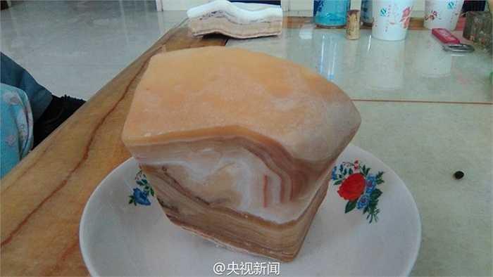 Loại đá này có những đường vân giống như tảng thịt lợn. Điều đáng nói là theo các nhà khoa học, tuổi của loại đá này khoảng 100 triệu năm