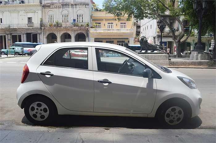 Không phải tất cả đều là xe cổ, như chiếc xe Kia Morning của Hàn Quốc này được coi là xe đời mới, nhưng hiếm hoi lắm mới gặp.