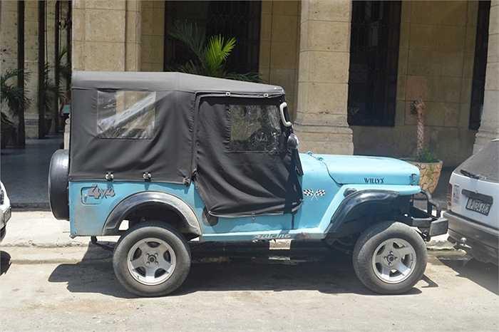 Nên nhiều xe có màu khác khi đến Cuba đều được sơn lại thành màu xanh. (Quốc Lâm)