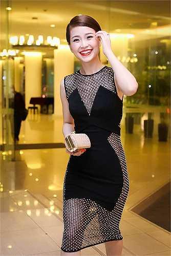 Ngay từ lúc vừa xuất hiện, Á hậu Việt Nam 2014 đã thu hút mọi ánh nhìn bởi vẻ ngoài xinh đẹp cùng phong cách thời trang sexy nhưng không kém phần thanh lịch.