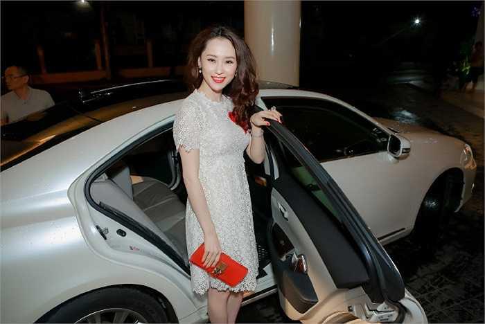 Á hậu trang sức Thái Như Ngọc diện đồ đơn giản vẫn xinh đẹp lôi cuốn khi tham dự chương trình 'Người đẹp và lòng nhân ái'.