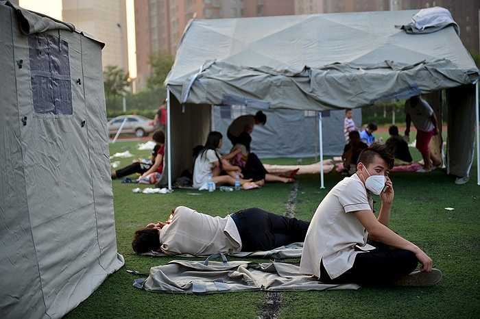 Nhiều người dân mất nhà cửa nên buộc phải tạm cư dưới những lều bạt nhỏ