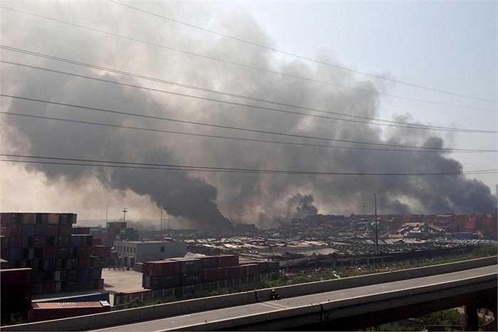 Những cột khói đen kinh hoàng vẫn bốc lên ở hiện trường vụ nổ