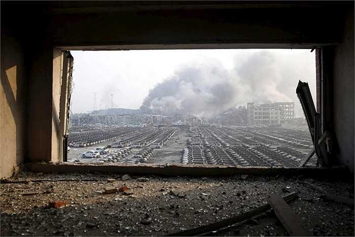 Mạng xã hội Trung Quốc cho biết những quả cầu lửa bốc lên ngùn ngụt trong đêm, khói bụi ở khắp nơi và các tòa nhà được cho là bị sập vì áp lực nổ.