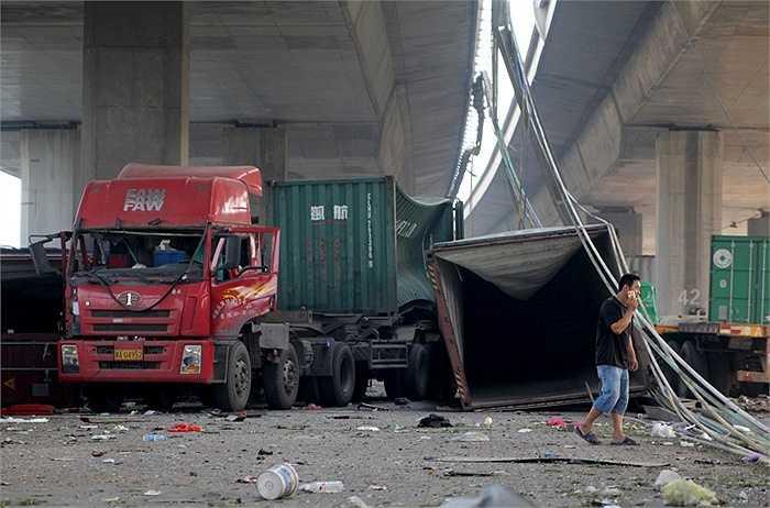 Những chiếc xe đỗ ở dưới gầm cầu cũng bị ảnh hưởng nặng nề