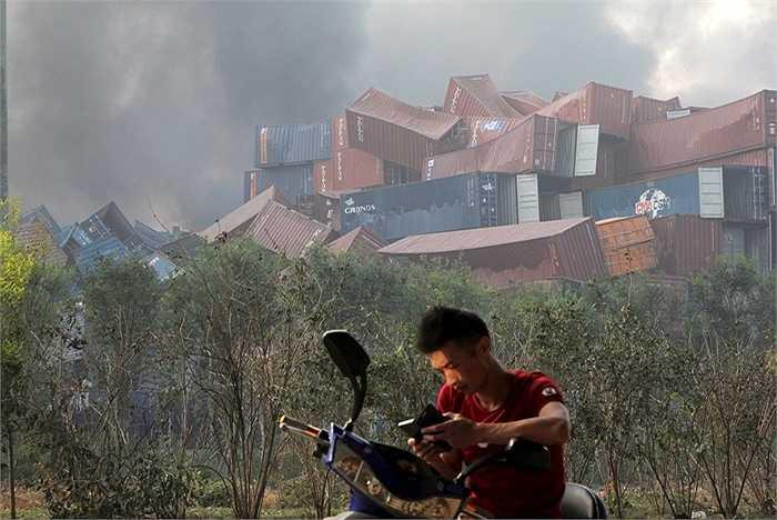 Truyền hình Trung ương Trung Quốc - CCTV cho biết nơi phát nổ là một kho hàng chứa thuốc nổ nhưng thông tin này chưa được xác nhận. Vụ nổ thứ 2 xảy ra chỉ vài giây sau đó và tạo ra chấn động có thể cảm nhận được từ hàng km.