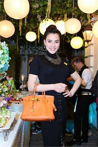 Hoa hậu phu nhân Thu Hoài đã long trọng tổ chức buổi lễ kỷ niệm 10 năm lập nghiệp với sự tham gia của nhiều sao Việt.