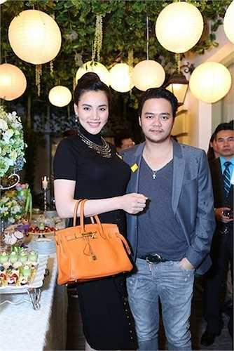 Vợ chồng á hậu Trang Nhung cũng đến chúc mừng hoa hậu Thu Hoài. Đôi vợ chồng gây chú ý với việc đi xế sang đồng thời khá thân mật tại sự kiện.