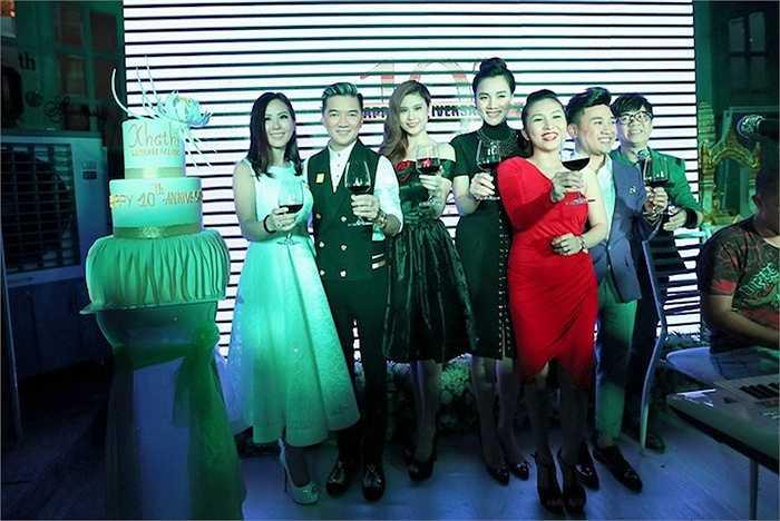 Nhân sự kiện này, hoa hậu Thu Hoài cũng dành những lời cảm ơn chân thành đối với nhiều bạn bè nghệ sỹ đã hết lòng ủng hộ cô trong suốt thời gian qua. (Trung Ngạn)