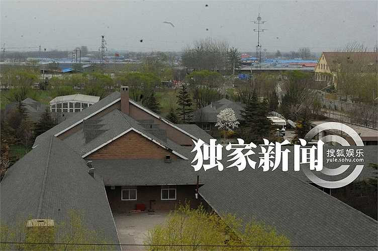 Mới đây, trang Sohu đăng tải loạt hình ảnh về khu dinh thự cao cấp của cô ở quận Thuận Nghĩa, thành phố Bắc Kinh. Đây được coi là 'Dinh thự số 1 Trung Quốc' với 8 phong cách kiến trúc của Anh, Pháp, Ý và Tây Ban Nha do công ty thiết kế kiến trúc hàng đầu thế giứi WATG thực hiện.