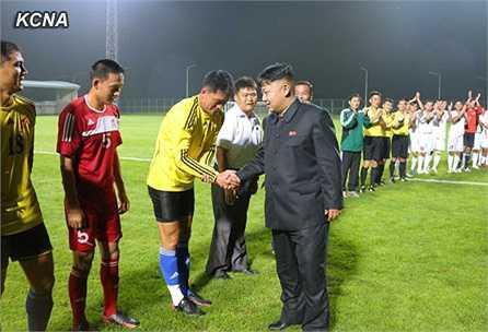 Chủ tịch Kim Jong-Un là người rất đam mê bóng đá. Vì thế, ông hay dành thời gian để đi xem các trận đấu bóng đá trong nước.