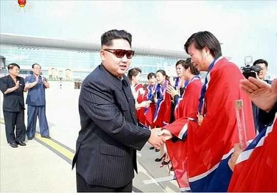 Sau đó, đích thân chủ tịch Kim Jong Un còn ra tận sân bay đón đội bóng đá nữ trở về từ giải vô địch Đông Á.
