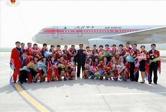 Chủ tịch Kim Jong- Un chụp ảnh cùng đội tuyển bóng đá nữ Triều Tiên