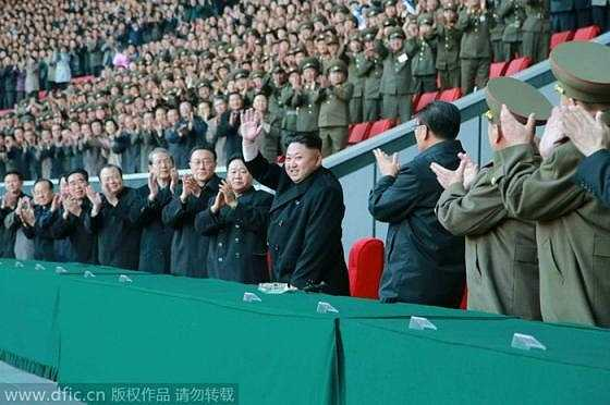 Đông đảo quan chức Triều Tiên và cổ động viên lấp đầy sân vận động lớn bậc nhất đất nước