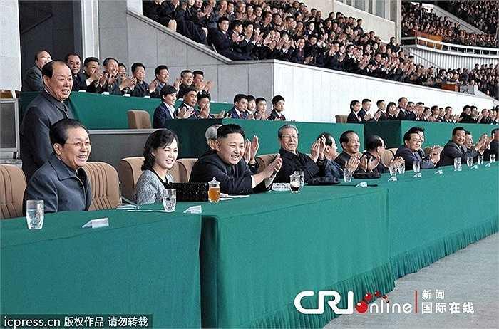Chủ tịch Kim Jong-Un cũng thường hay đưa vợ Ri Sol-ju đến dự các sự kiện thể thao của đất nước
