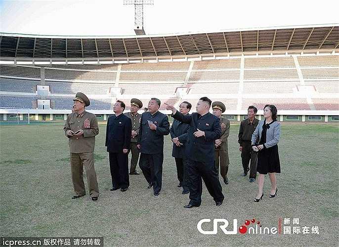 Chủ tịch Kim Jong Un và vợ đi thăm sân vận động ở Bình Nhưỡng