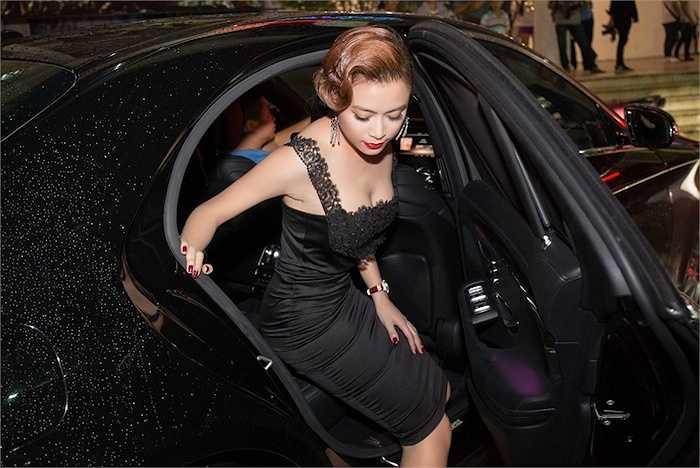 Tối qua, Hoàng Thuỳ Linh đã đi xe sang đến dự một sự kiện được tổ chức ở nhà hát Bến Thành, TP.HCM.