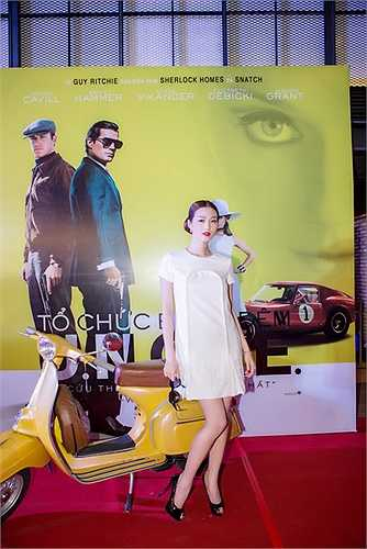 Để phù hợp với đêm tiệc ra mắt phim Tổ chức bóng đêm, Khánh My diện đầm trắng đính ngọc trai cổ điển phối cùng giày đen, mắt kính Chanel cũng đính ngọc trai cùng kiểu và kiểu tóc bới cổ điển.