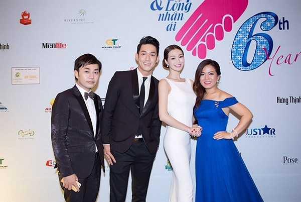 Đáng chú ý nhất là 'mỹ nhân Sài thành' không đi một mình như mọi khi mà tháp tùng cô là  anh chàng ca sĩ điển trai Song Luân.