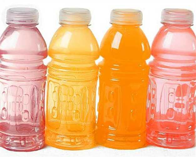 1. Nước tăng lực. Nồng độ axit cao trong loại đồ uống này có thể gây bào mòn răng, hơn nữa lượng đường cao cũng là nguồn thức ăn dồi dào cho vi khuẩn phát triển, lẻn vào các vết nứt trong răng gây sâu răng.