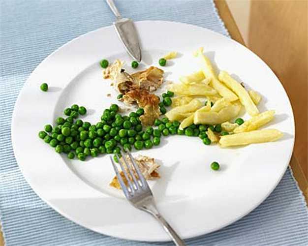 12. Ăn kiêng  Chế độ ăn kiêng và thói quen ăn uống nghèo chất dinh dưỡng khiến bạn bị thiếu một số vitamin và các chất cần thiết một nụ cười đẹp. Vitamin B, canxi, vitamin C... tất cả đều rất cần thiết cho sự khỏe mạnh của răng và nướu.