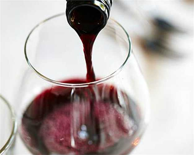 5. Rượu  Độ chua của rượu vang có thể phá hỏng cấu trúc răng, ảnh hưởng đến màu răng. Lời khuyên khi uống rượu là bạn nên uống từng ngụm nhỏ và xúc miệng bằng nước lọc ngay sau đó.
