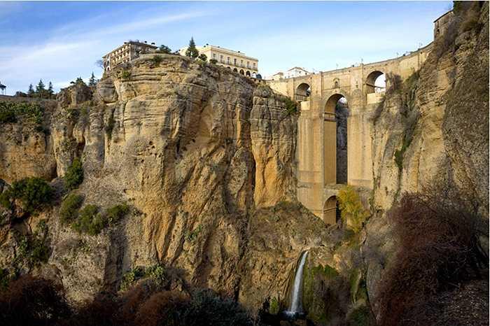 Ronda, Tây Ban Nha được người Celtic xây dựng nên từ thời cổ đại. Thành phố được chia làm hai bởi sông Guadalevin chảy qua Ronda, nằm ở hai bên hẻm núi El Tajo
