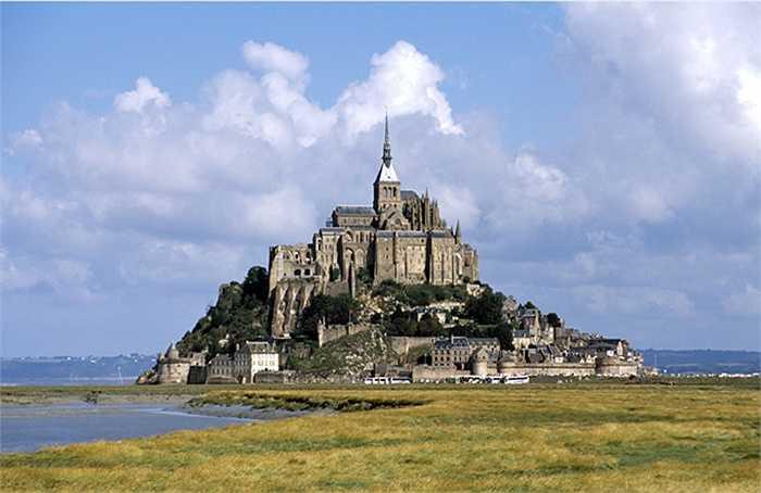 Mont Saint Michel là hòn đảo nhỏ ở Tây Bắc nước Pháp. Hòn đảo này đã được xây dựng thành pháo đài với 1 tu viện. Năm 1979 hòn đảo được công nhận là di sản văn hóa thế giới