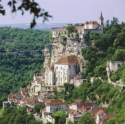 Rocamadour (Pháp) là thành phố được xây dựng thời trung cổ, nằm bên vách núi dựng đứng cao 150m so với mặt nước biển