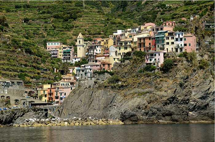 Castellfollit de la Roca, Tây Ban Nha được xây dựng trên lớp đá bazan nằm giữa 2 con sông